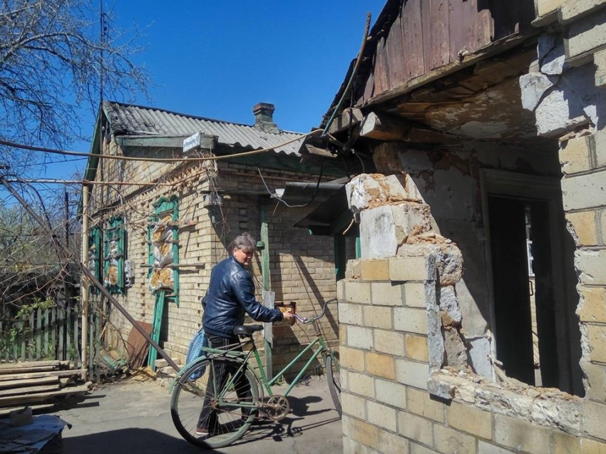 Обстріляний гараж пункту роздачі гуманітарної допомоги в Жованці