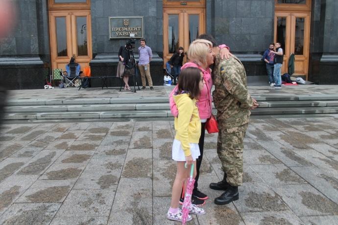Нардеп Олена Шкрум прийшла підтримати голодувальників з дочкою
