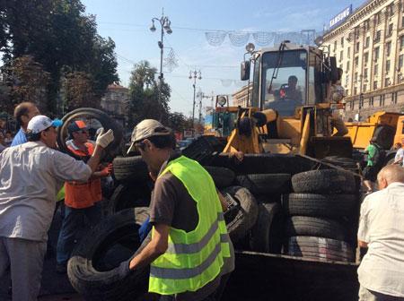 """На Майдані """"толока"""": прибирають барикади, сутичок із залишенцями немає 12"""
