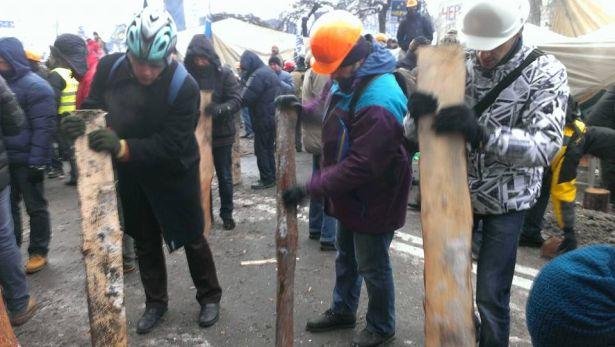 Евромайдановцы оббивают лед. Фото Оксаны Денисовой