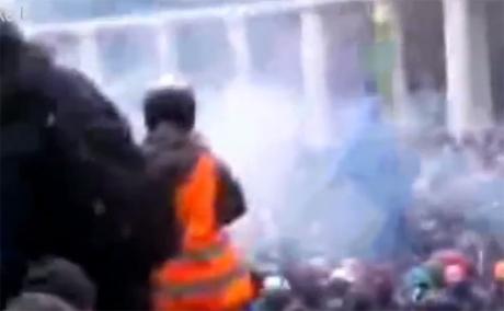 Проти мітингувальників неодноразово застосували газ. Стоп-кадр з трансляції