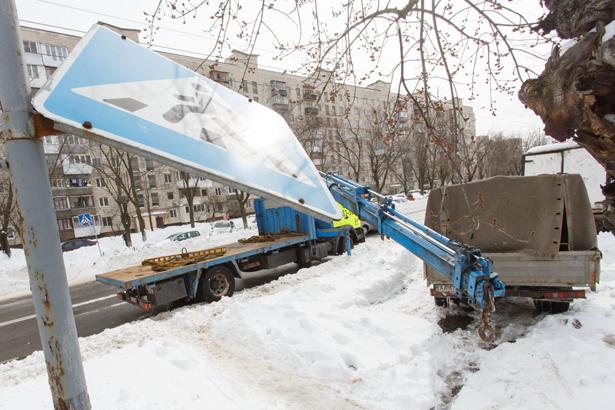 Киев, эвакуатор стаскивает машины в первый ряд