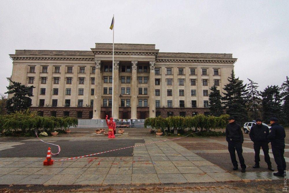 ВОдессе ночью установили странный «памятник» к100-летию октябрьского перелома