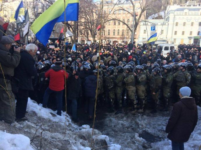 Корреспондент: ПодАП требуют закончить торговлю соккупированным Донбассом, митингующие принесли петарды