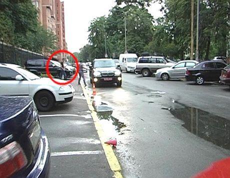 Вадик Румын вышел в черных очках, сел в черный БМВ X5, с транзитными номерами С2 МЕ 5545. Фото Inna Nerodyk