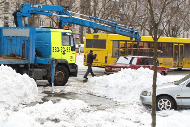 Киев, эвакуатор стаскивает машины
