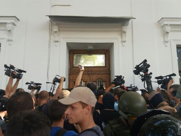 Запеклий мітинг вОдесі: протестувальники з бійками намагаються прорватися домерії