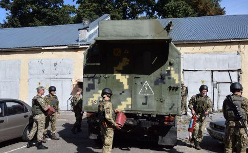 Через вибухи наскладах вУкраїні посилили охорону військових об'єктів