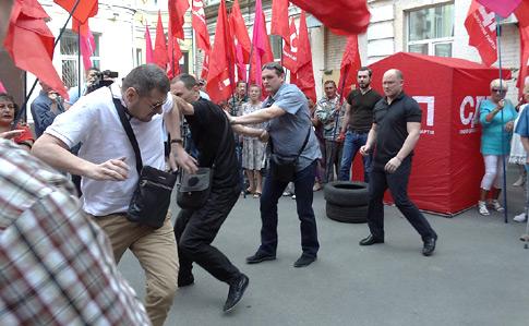 Депутати побилися під Печерським судом