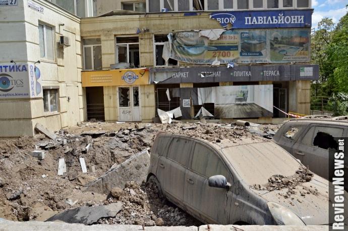 Масштабний прорив труби уКиєві: пошкоджені авто і будівля