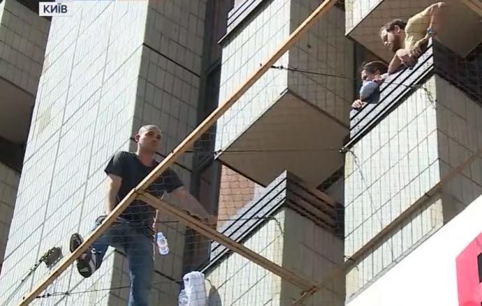 Вимагає генконсула Росії: вцентрі Києві чоловік пригрозив стрибнути з вікна готелю