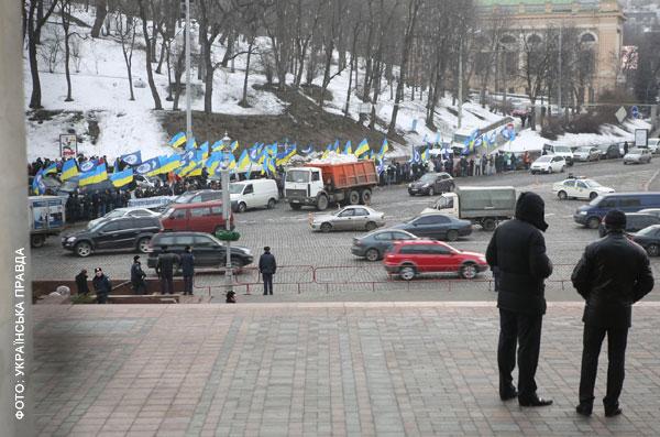 За довго до прес-конференції Український дім оточила міліція. На протилежній стороні вулиці проходив мітинг
