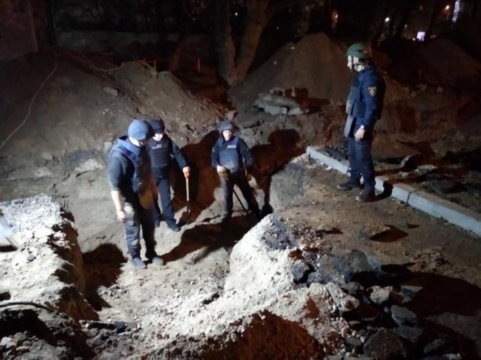 Взрывная находка: у Шулявского моста нашли 100 артснарядов, мины и гранату