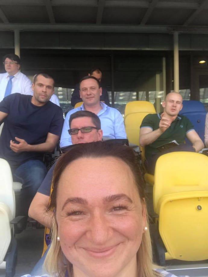 Олег Ширяєв (у зеленій футболці праворуч) у ВІП-секторі на
