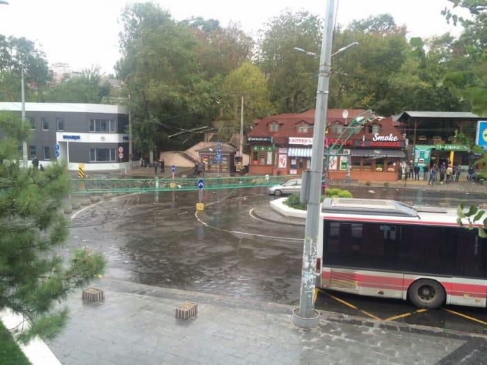 Упал башенный кран, повалены деревья— Шторм вОдессе