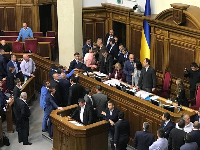 УРаді нардепи побились через закон про реінтеграцію Донбасу