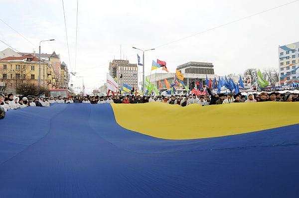 Величезний стяг розгорнули на марші в Івано-Франківську