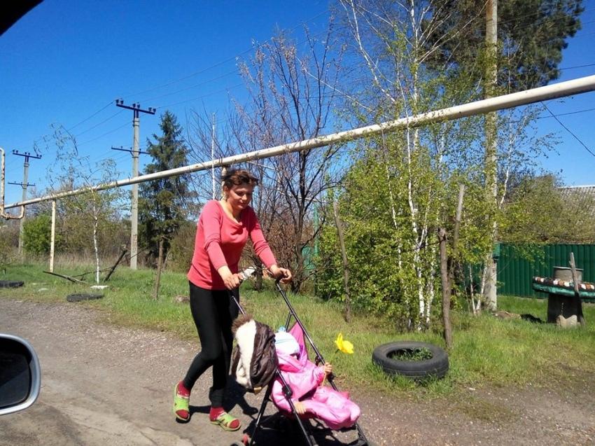 Мати-одиначка з трьома дітьми після евакуації волонтерами повернулася в рідну Жованку