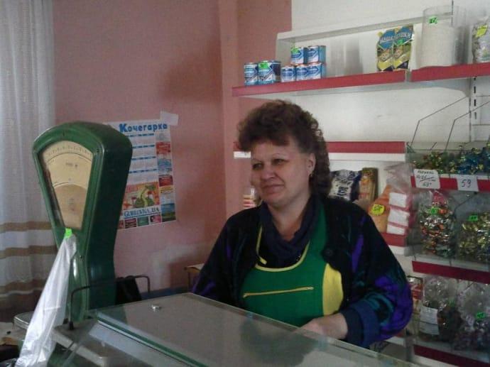 За спиною у продавчині цукерки з подвійними цінниками. Вона запевняє: цінники старі, за рублі вже нічого не продається