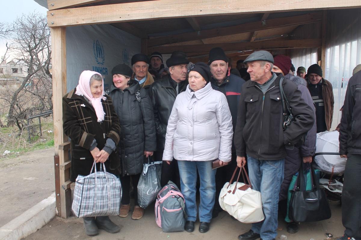 Черги на КПВВ в Станиці-Луганській в основному займають пенсіонери з ОРДЛО, які оформлені на підконтрольний територія як переселенці