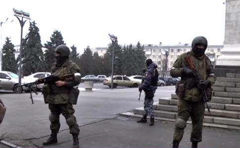 Центр Луганска окружили вооруженные боевики