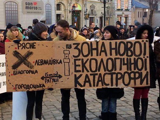 Мешканці Білогорщі та Рясного пікетують Львівську міську раду, вимагаючи заборонити розміщення сміттєпресуального цеху біля їхніх домівок