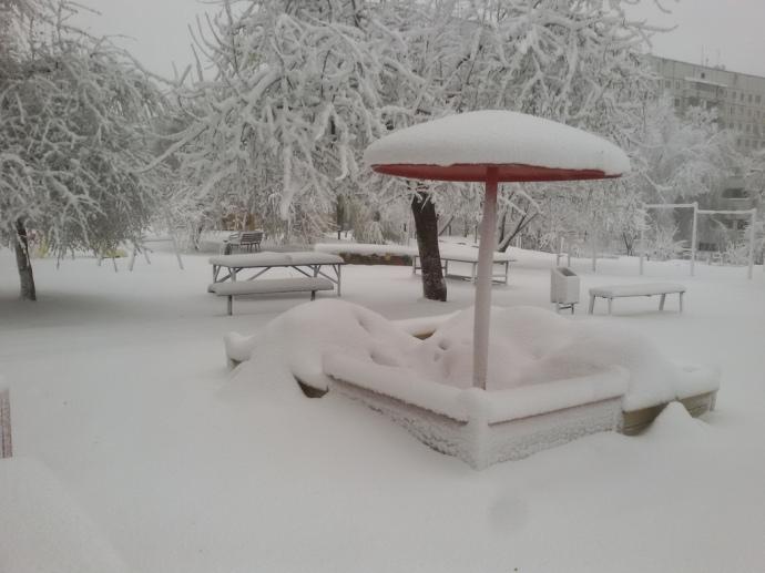 Апрельский снегопад: вДнепре замело дороги иаэропорт