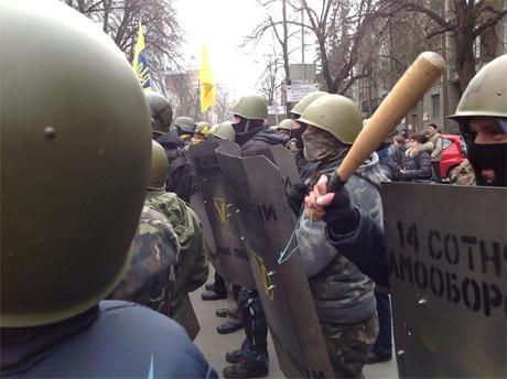 Силовики спрятались за автомобили во время шествия Самообороны Майдана - Цензор.НЕТ 1175
