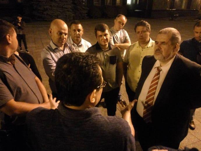 Ближче до півночі до Березюка навідався Рефат Чубаров, щоб розпитати про ситуацію з львівським сміттям, яка до цього йому була незрозуміла.