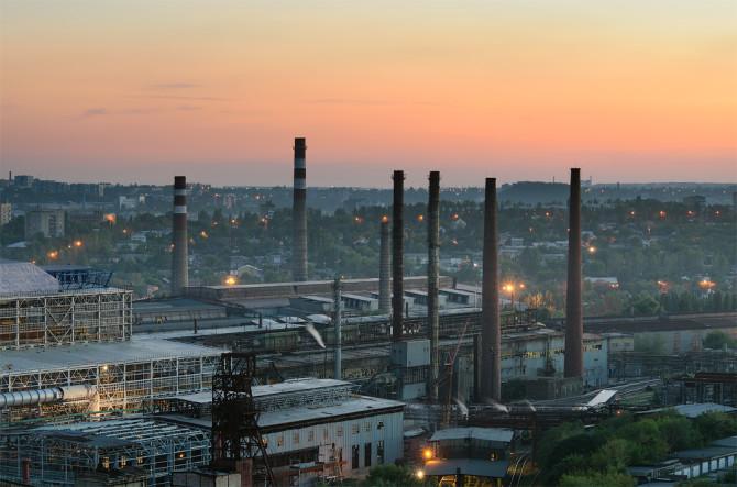 До лютого-2017 на промисловому гіганті Донецькому металургійному заводі працювала лише одна доменна піч. Через брак сировини з початку березня завод зупинився