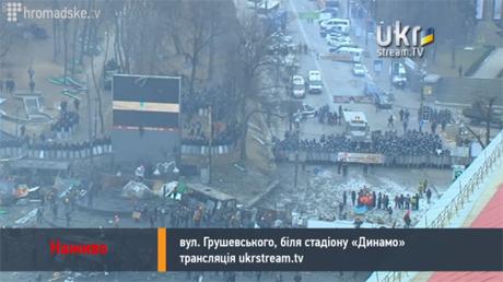 Над Грушевського лунають попередження МВС, барабани та дзвін колоколу. Скрін-шот з прямої трансляції
