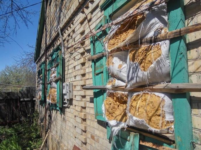 Гуманітарний пункт в Жованці з вікнами, закладеними мішками з глиною