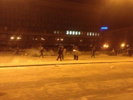 Людей розганяли тітушки і міліція, з кийками та гранатами, добиваючи по дворах. Фото golos.zp.ua