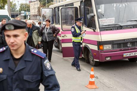 Участников мероприятия привезли на нескольких десятках автобусов. Порядок охраняли около сотни милиционеров.