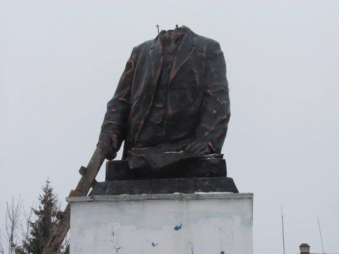 Під Куп'янськом пам'ятник Леніну демонтували таздали вмузей
