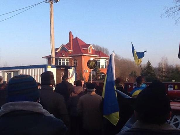 Учасники Автомайдану влаштували пікет біля маєтку Пшонки. Фото з Facebook Андрія Павловського