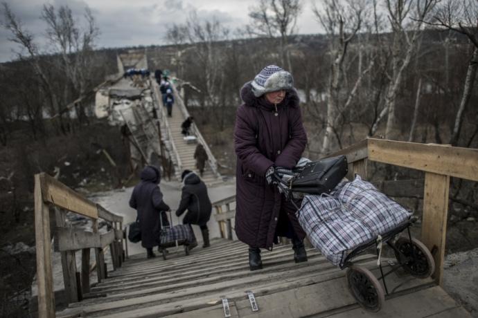 Облаштований перехід на місці зруйнованого мосту. Дерев'яні
