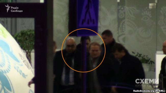 Виктор Медведчук и Нисан Моисеев 14 ноября 2016 года в аэропорту