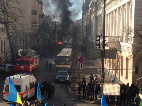 Дым и горящие машины в центре Киева, 18 февраля