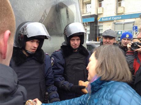 Нуланд на Майдані пригощає силовиків. Фото з Твіттера Джеффрі Пайєтта