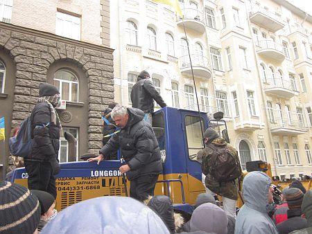 Дмитро Корчинський на тракторі, який, невідомо звідки, взявся на Банковій. Фото з Facebook Нелі Пославської