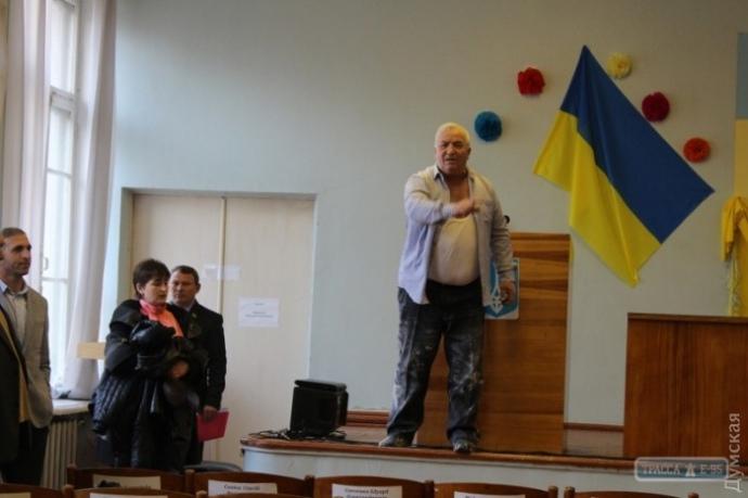 ВОдесской области депутата бросили вмусорный бак прямо впроцессе сессии