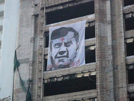 У столиці вивісили кількаметровий банер із простреленим Януковичем