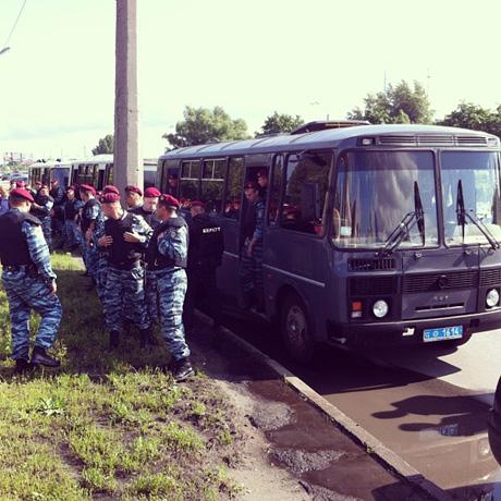 Беркут приїхав вязати активістів на трасі Януковича. Фото Сергія Лещенка