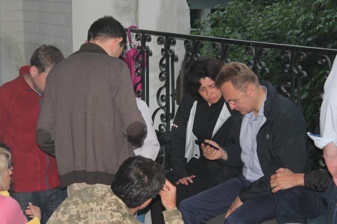 Садовий для розмови з соратниками відійшов поділі від преси у дворик Будинку з химерами