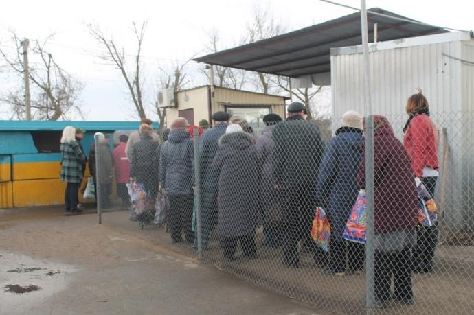 У Луганській області працює лише один контрольно-пропускний пункт – у Станиці Луганській, але більшості людей вкрай незручно добиратися до нього