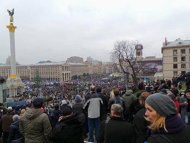 Майдан заповнений вщент. Фото Дмитра Ларіна