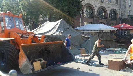 """На Майдані """"толока"""": прибирають барикади, сутичок із залишенцями немає 2"""