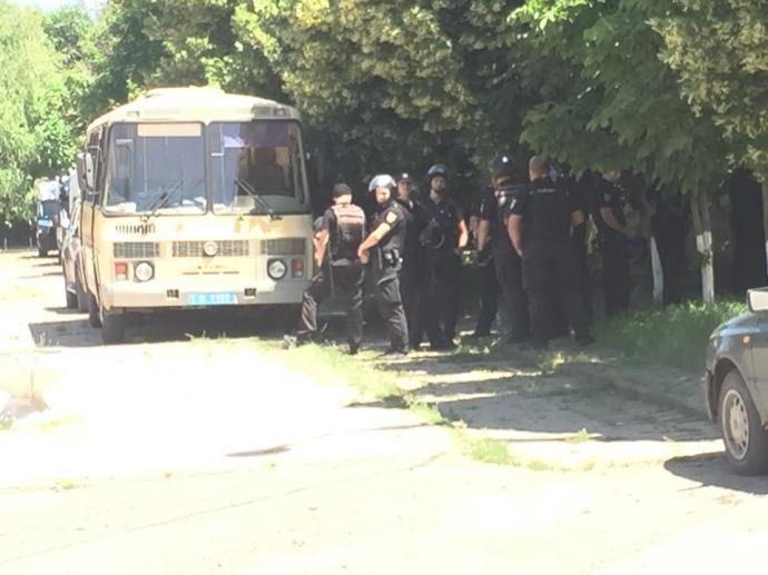 ВОдесской области при попытке эвакуировать избирательный участок пострадали 13 полицейских
