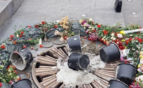 В Киеве в честь 7 ноября залили цементом Вечный огонь